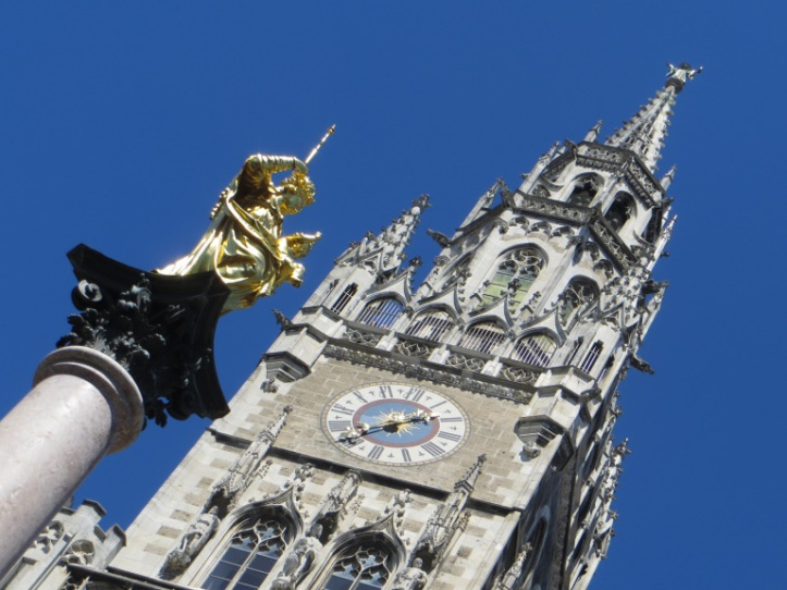Mari statue with the Rathaus in the background © towelintherain