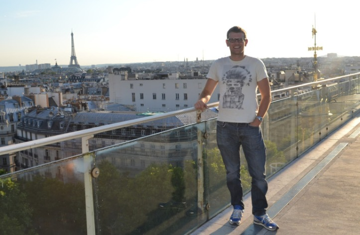MikeW (AKA Pulped Travel) atop the Printemps department store on Boulevard Haussmann. (source – Pulped Travel)